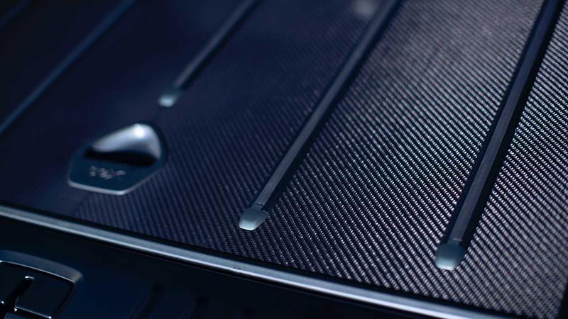 行李廂底板也採碳纖維材質製作。