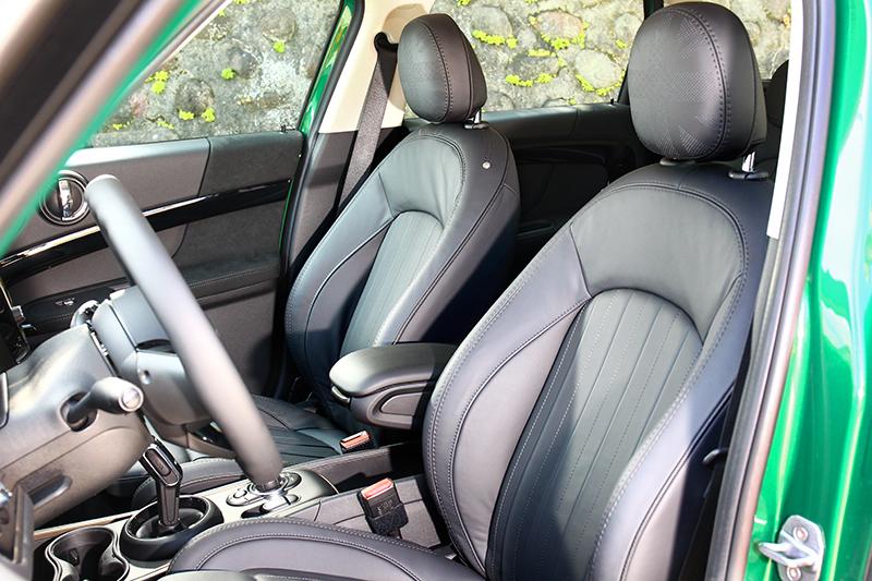野營版座椅選用Mini Yours套件,真皮材質與英國式樣頭枕,讓視覺與乘坐都有絕佳感受。