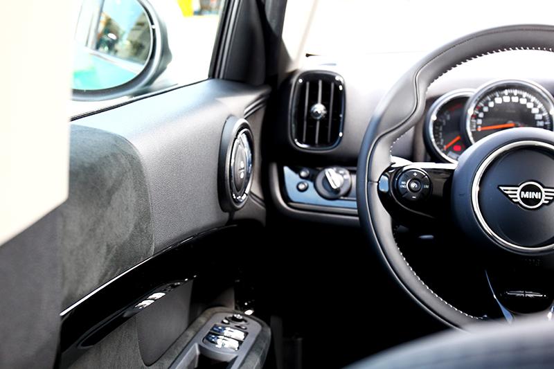 座艙看似簡單,但圓形元素與軟質及麂皮材質運用,營造出獨特且不俗的氛圍。