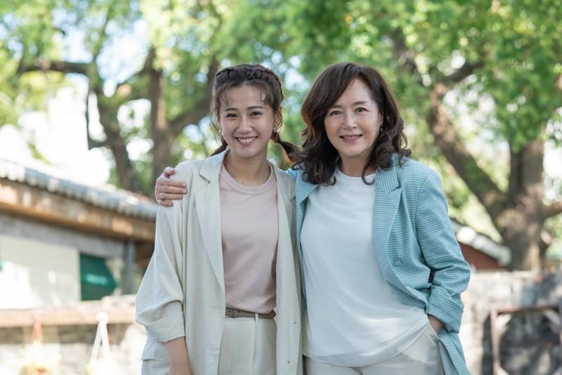 恬妞(右)返台與方志友(左)當母女。