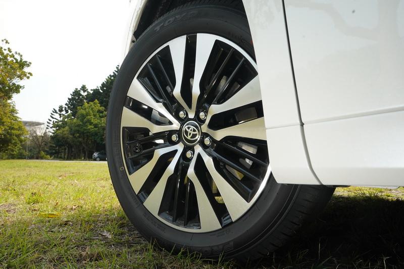 動感的多幅式雙色輪圈有效消弭大車身的笨重感