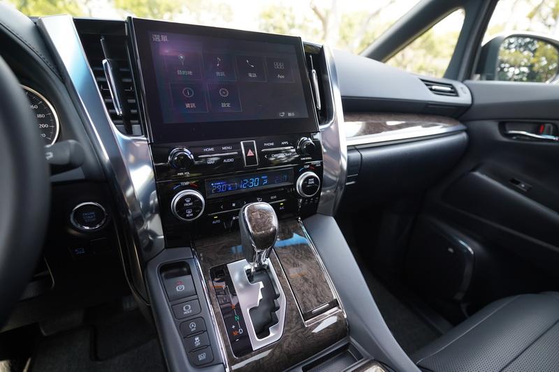 中控台換上了10.25吋的新觸控主機,並提供中文導航及時下流行的Apple CarPlay、Android Auto功能