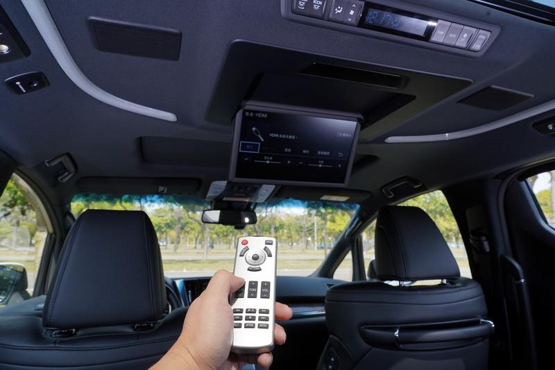 後座的乘客區域主要將吸頂螢幕升級為13.3吋並全面改為電動操作