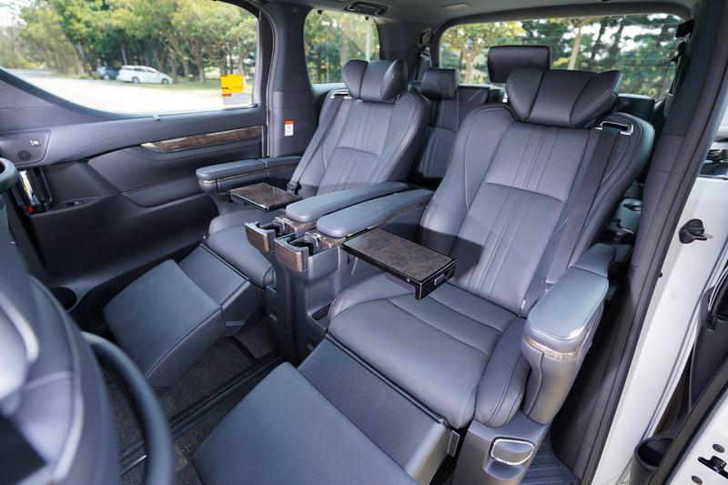 後座中央兩組Ottoman座椅可提供如頭等艙般的舒適乘坐體驗