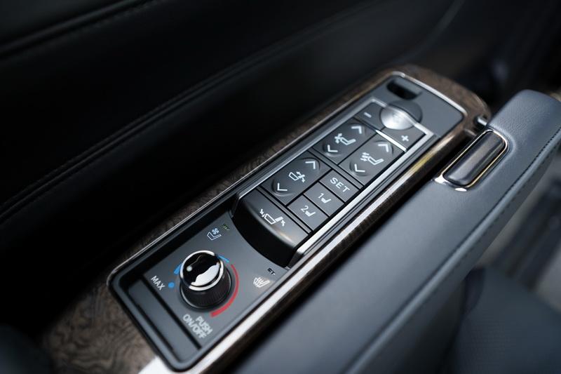 扶手上的控制介面可操作椅背、腿靠及座椅通風/加熱等功能