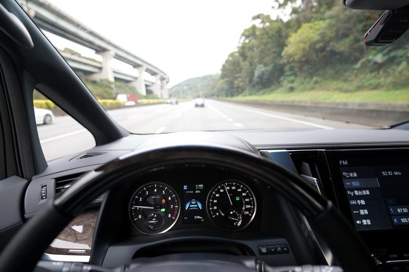 對一輛常會長途奔波的商旅車而言ACC全速域車距控制系統絕對是相當受用的一項功能
