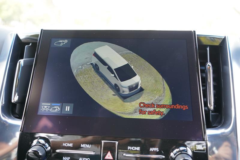 360度環景功能對體積龐大的商務車而言相當受用