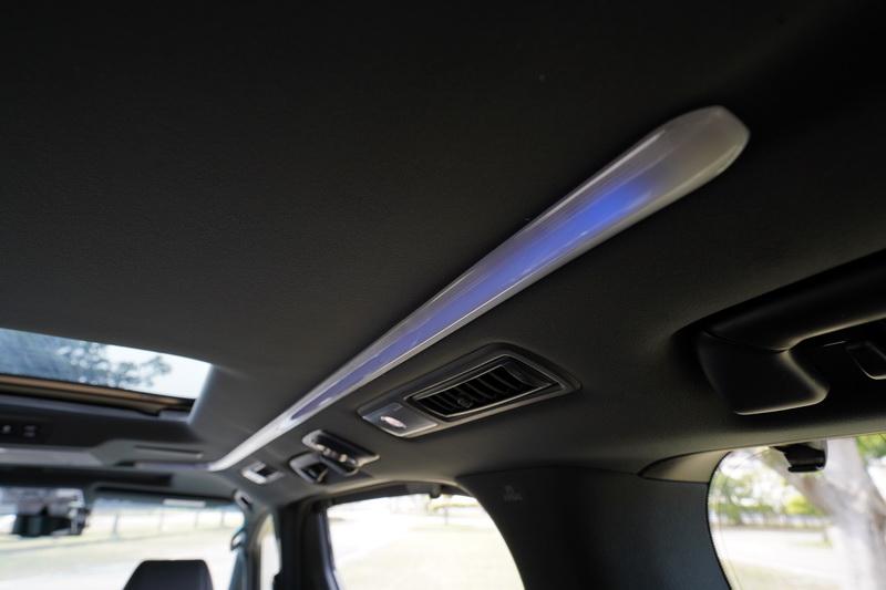 具備多種色彩選擇的環艙氛圍燈可營造出不同的乘車氣氛