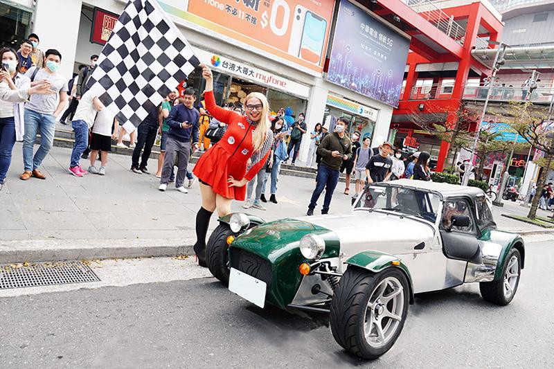那那大師與電影《賽道狂人》合作,在台北市信義區扮成賽車女郎與Caterham快閃。
