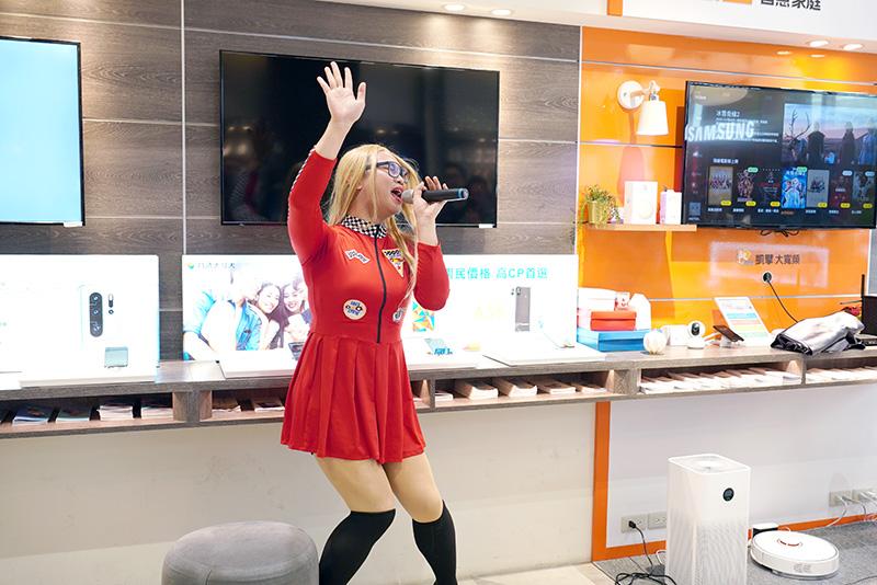 知名網紅Tina那那大師以自信、幽默的方式唱跳表演竄紅。