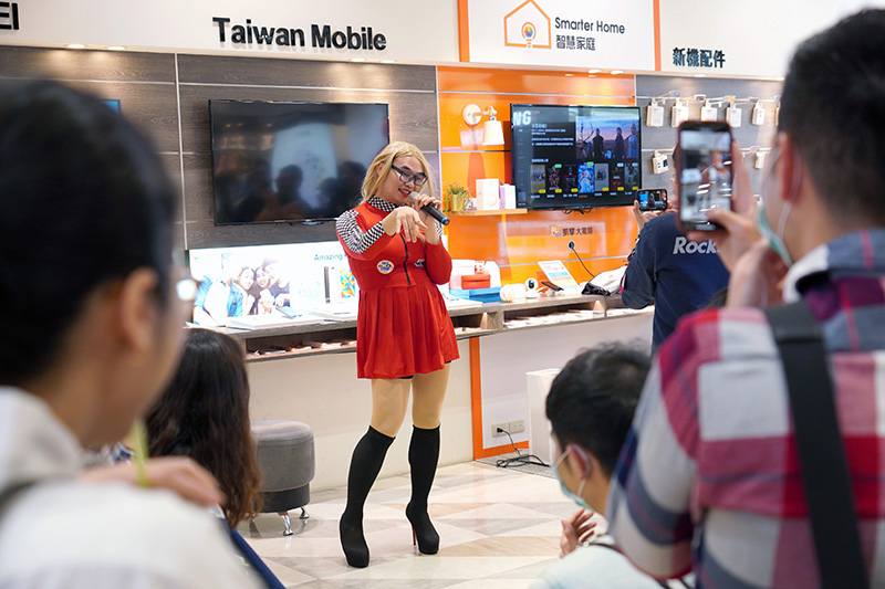 那那大師在「台灣大哥大門市」扮賽車女郎快閃演唱,粉絲們也玩得很盡興。