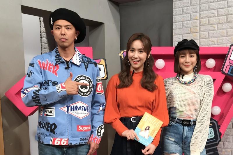 黃鴻升(左)「丸子」出道簽唱會,吳姍儒(中)陪同學台下追星