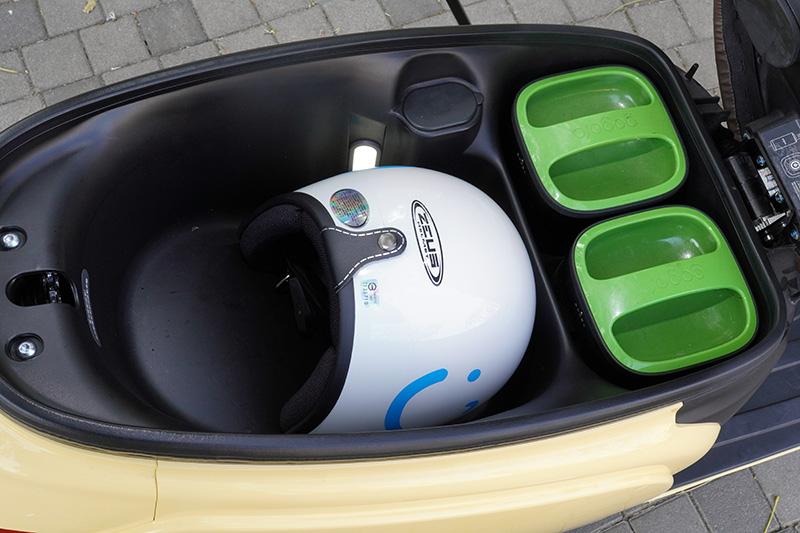 Rr1的車艙容積為25L,約莫可二頂3/4罩安全帽,前段則放置兩顆Gogoro Network™電池。