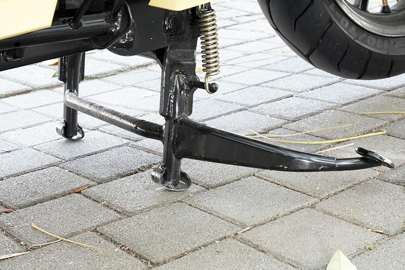 特別設計的省力型中柱,只需要順勢往下踩就可以輕易將車撐起。