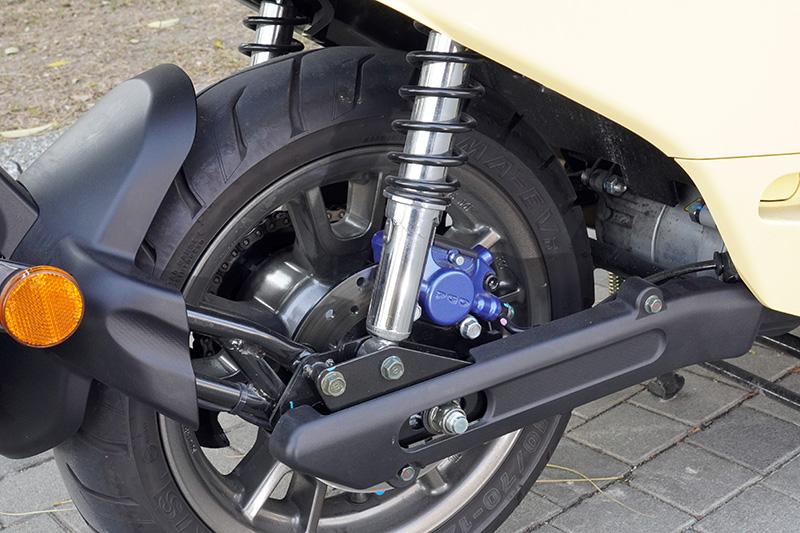 Ur1後懸吊配置具五段調整功能之雙槍避震器,因PGO原廠工程師與設計師對細節質感的堅持,在搖臂外亦裝上了飾蓋。