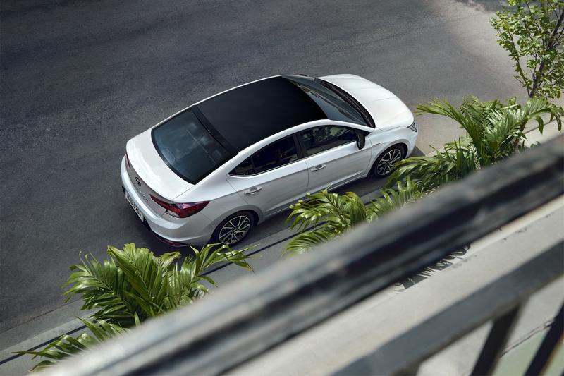 30週年典藏版搭載專屬運動化鋁圈,車頂與後照鏡飾蓋同步採用炫黑塗裝。