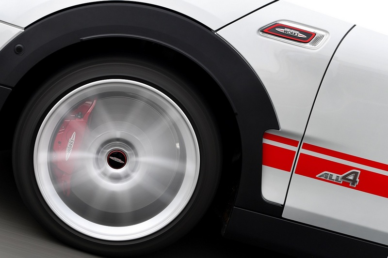前後輪搭載加大的通風煞車碟盤,前輪配置對向四活塞Brembo煞車卡鉗。