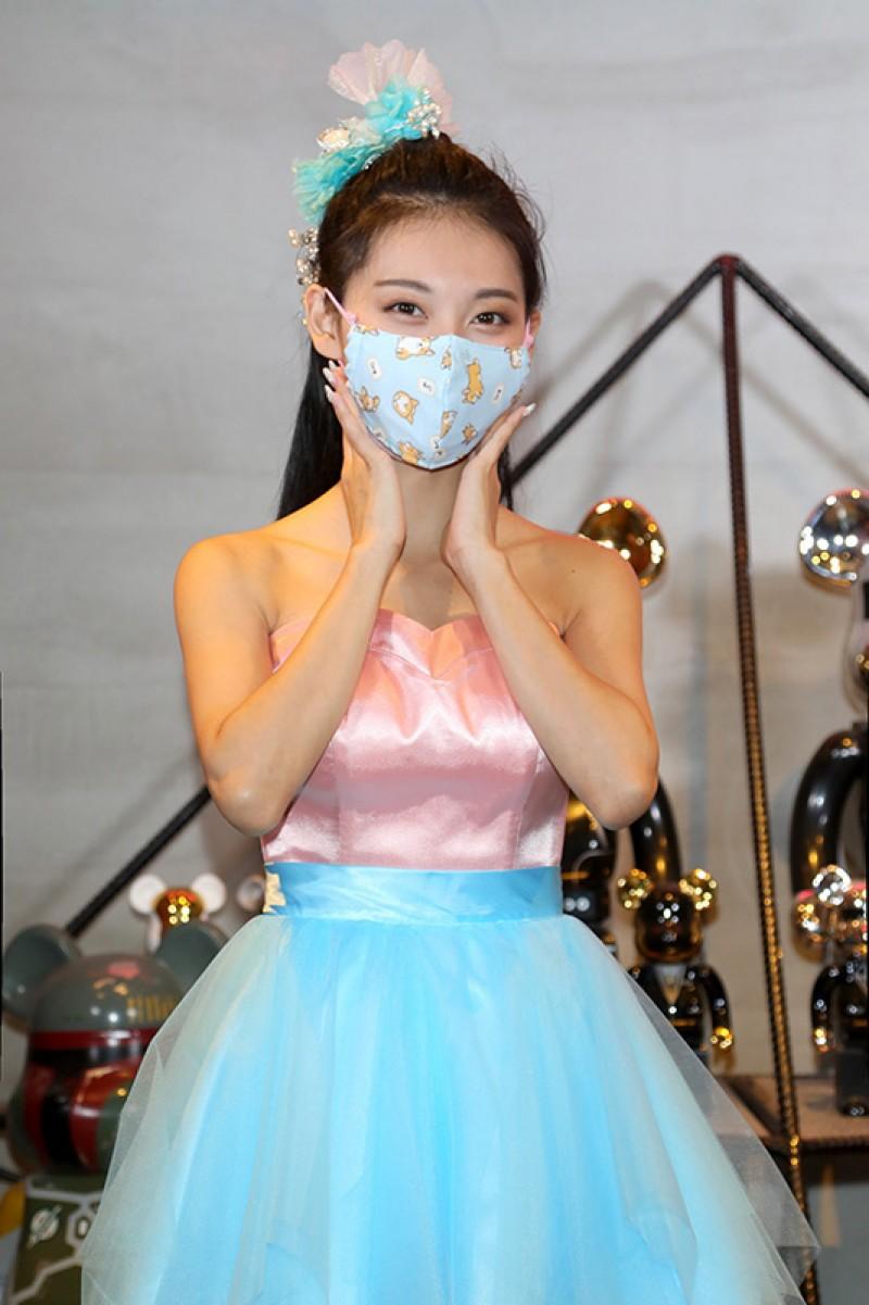 小鈅說:「現在口罩很缺,戴上醫療行口罩再戴上布口罩感覺比較環保。」