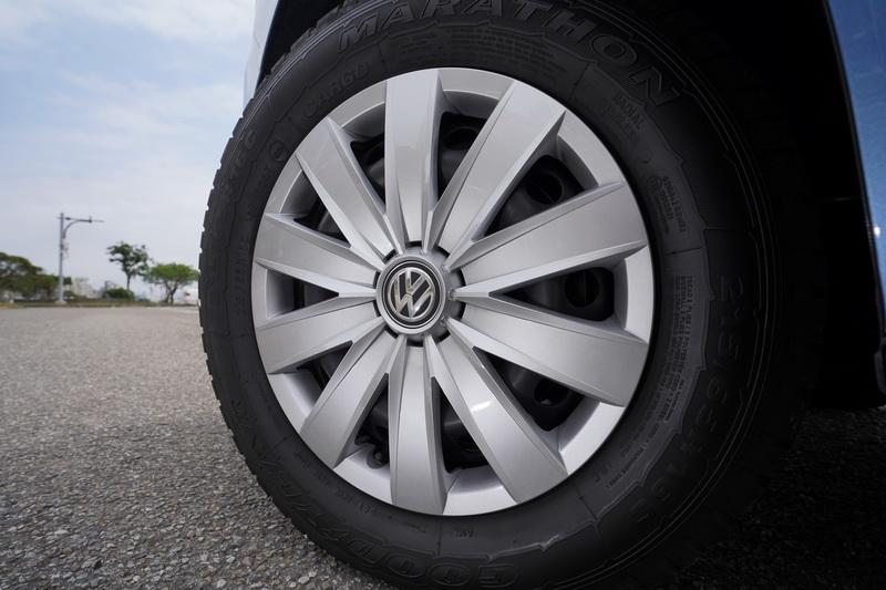 輪圈採用16吋鐵圈並附以鍍銀塑料輪圈飾蓋裝飾