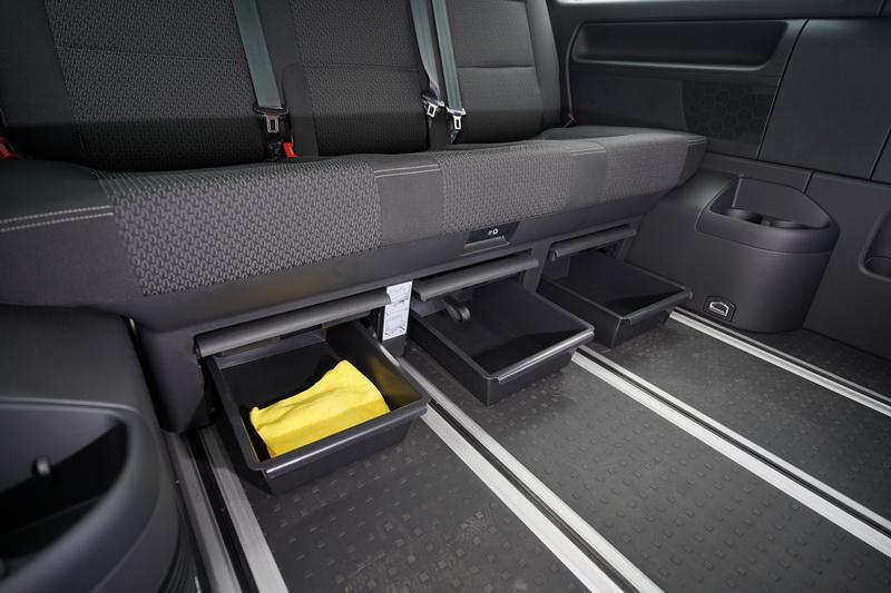 第三排座椅同樣也具備前後滑移功能,底下還設計有抽拉式置物盒