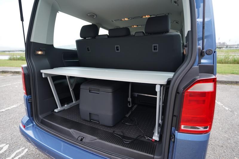 尾廂還付上一組多功能折板及冷暖包溫箱,折板除了具備隔板功能,打平後還能作為床鋪延伸的一部份