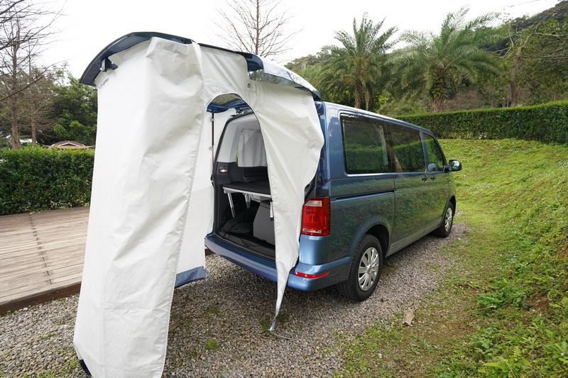 尾廂還可加裝一組黏貼式的尾門帳篷,搭起時可看作車身延伸的一部份,作為更衣室、廁所皆相當合適