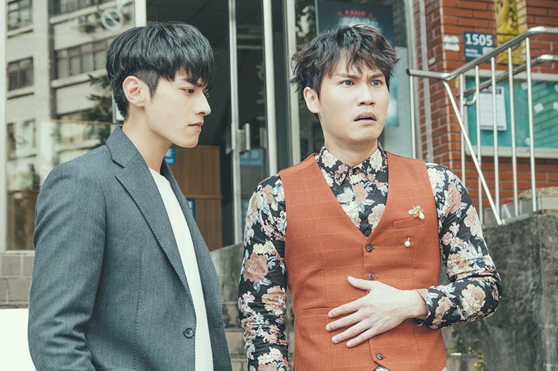 周定緯(右)表情浮誇,宋柏緯(左)在劇中是他的老闆
