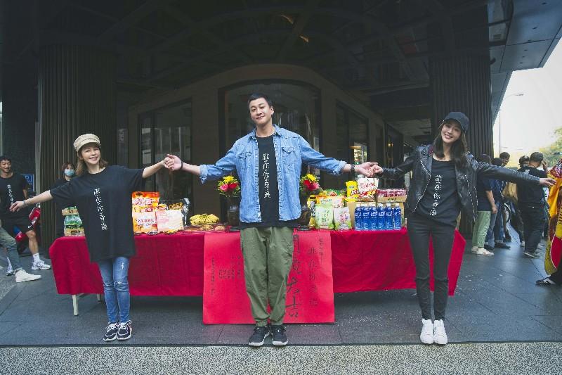 何潤東(中)影集《誰在你身邊》邀張鈞甯(右)、徐若瑄(左)擔綱暗黑女主角