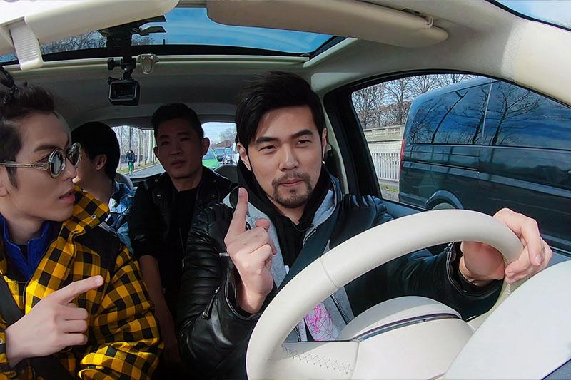 周杰倫(右)在Netflix華語實境節目《周遊記》中,帶著金曲歌王蕭敬騰(左)到巴黎玩遍知名景點
