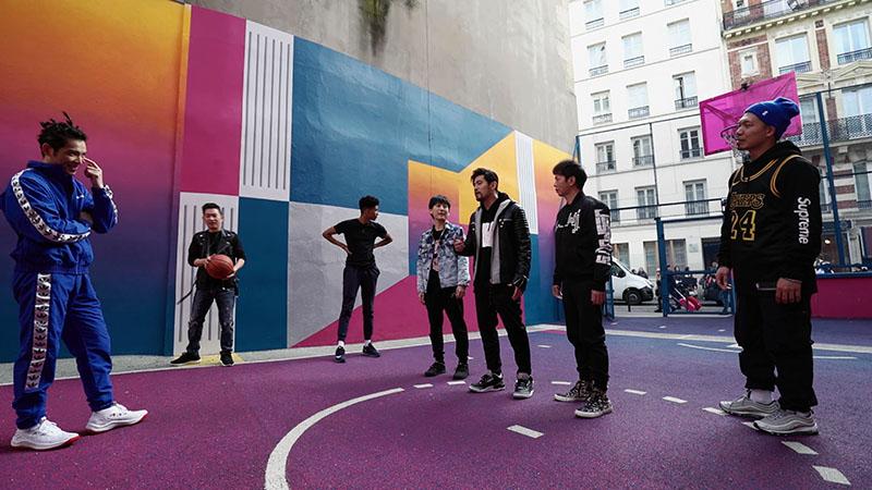 周杰倫與蕭敬騰在《周遊記》裡玩翻巴黎,更在街頭即興來場鬥牛賽