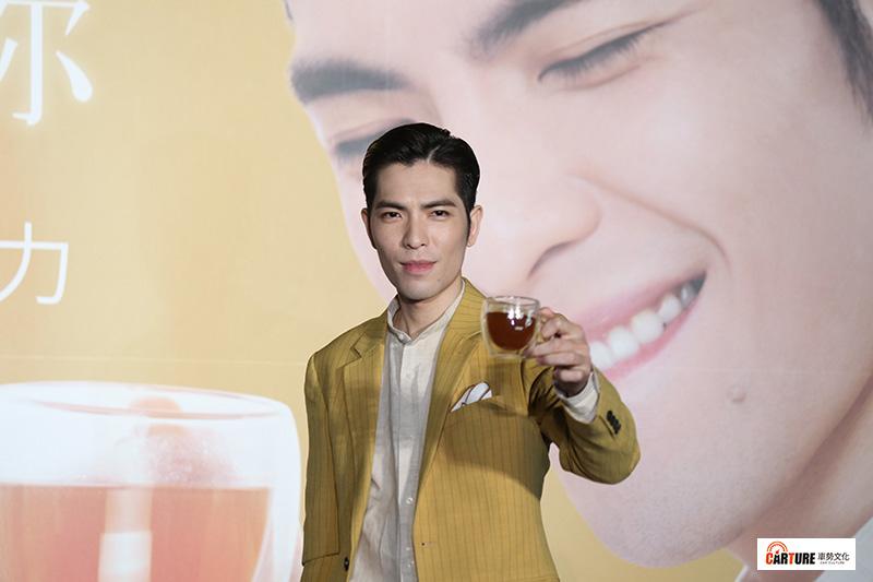蕭敬騰代言農純鄉滴雞精品牌並出席記者會