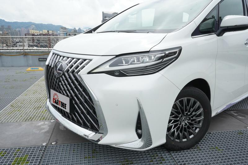 外觀上與Alphard的最大差異在於頭尾燈造型完全承襲了Lexus的家族化面容