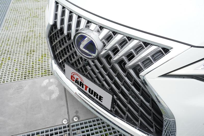 車頭可看到熟悉的紡錘式水箱護罩設計,碩大的車頭比例上看起來又更為霸氣