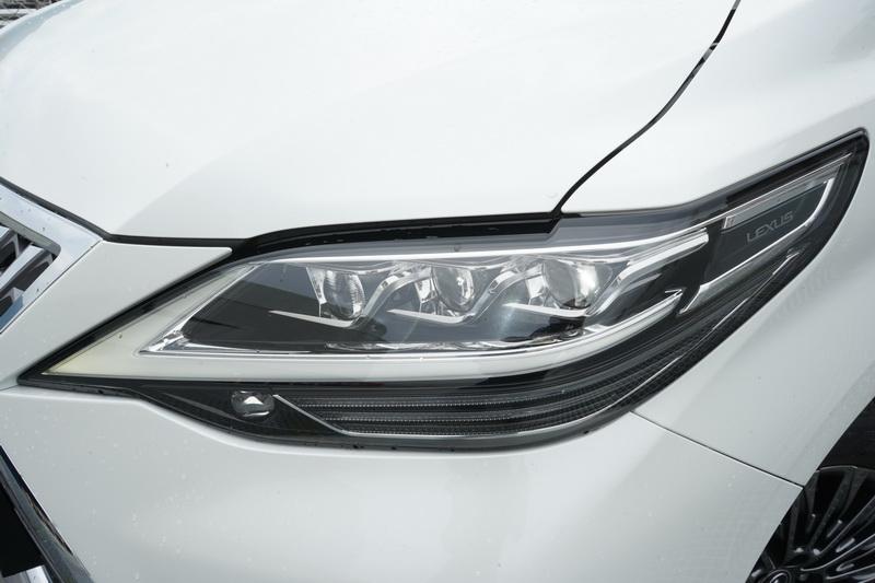 箭矢狀日行燈的頭燈組同樣是新世代Lexus車款的正字標記