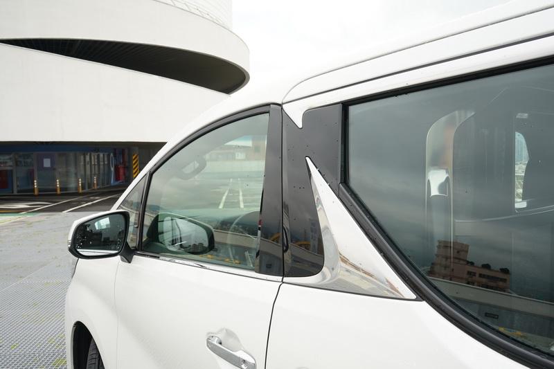 車側雖然與Alphard有著諸多相似處,不過Lexus厲害之處便是透過許多鍍鉻飾條營造出更多的豪華氛圍