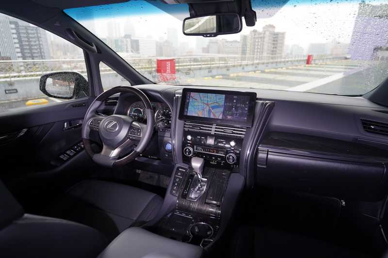 LM豪華的駕駛艙配置絕對是讓買家心甘情願掏錢購買的主因之一