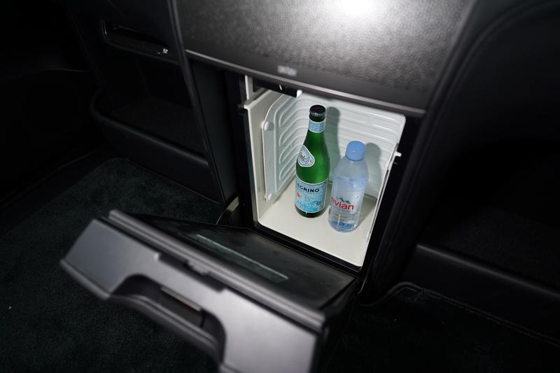 14公升的冷藏小冰箱其高度足以存放直立擺設的酒瓶多瓶