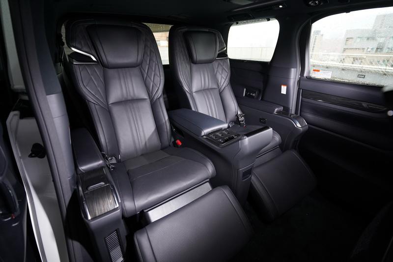 霸氣的兩張獨立座椅不僅乘坐質感沒話說,還具備多模式的按摩功能