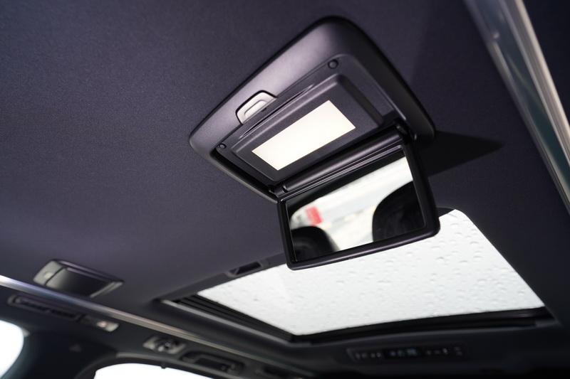 車頂上的化妝鏡可供女性乘客臨時補妝使用