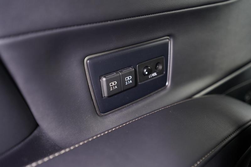 座位旁還設有2.1A的充電插座及耳機插孔