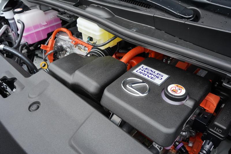 LM受限國內嚴苛的環保法規限制,動力改為2.5升4缸引擎搭配電動馬達的Hybrid系統