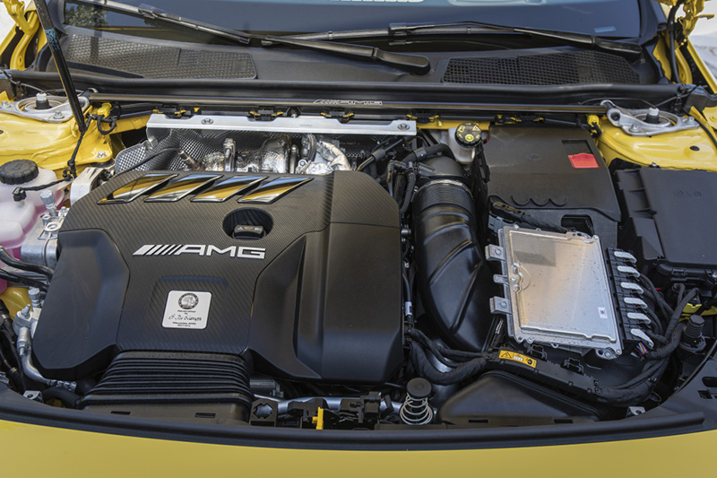 Mercedes-AMG A45 S搭載2.0升渦輪增壓四汽缸引擎,在極致壓榨下,具備421hp最大馬力與500Nm最大扭力,搭配4Matic四輪傳動系統,0-100km/h加速只要3.9秒,是當前鋼砲性能數據王。