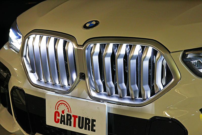 試駕車型選配要價3萬6的LED水箱護罩,於夜晚可是高調到一個不行。