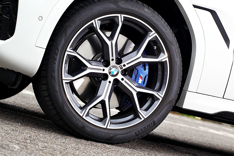 標準輪圈為20吋,試駕車則選配21吋M款輪圈。