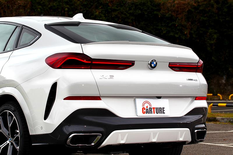 新世代X6車尾斜背造型加上極富層次的線條與M款套件下護飾板,使其整體相當具有張力。