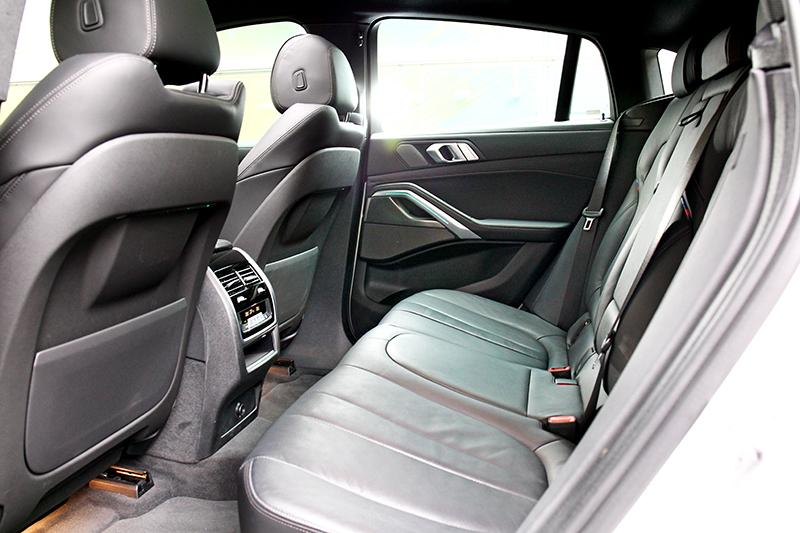 新世代X6車車身尺碼有所放大,2,975mm軸距讓後座有著寬裕環境。