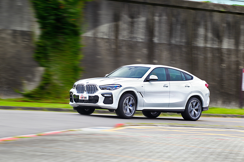 M款跑車電子懸吊除盡責支撐車輛穩定車身,同時也有效過濾震動給予舒適乘坐感。