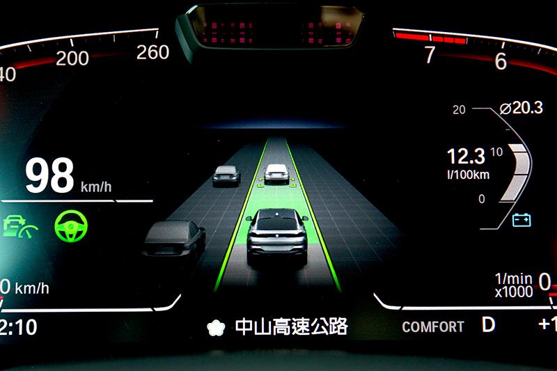 iDrive 7.0系統提供道路虛擬實境顯示,能清楚顯示車輛周圍車況。