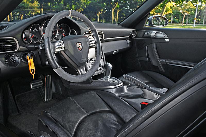以一輛車齡超過十年的老傢伙看,這輛2007年的Porsche 911狀況算是相當不錯,不僅里程不高而且幾乎全然原漆。