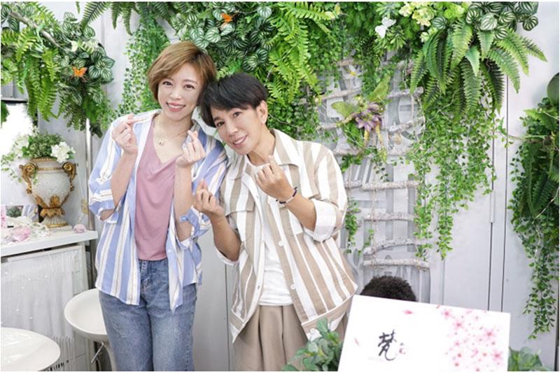 王瞳(左)上直播節目自嘲自己有大頭症